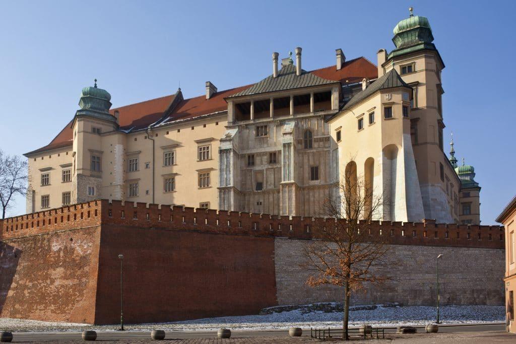 Que faire en amoureux à Cracovie?  Choisir de partir à Cracovie à deux pour un merveilleux séjour en amoureux sera une très bonne idée. Il faut savoir en effet que cette destination est idéale pour les voyages romantiques. Vous aurez donc le choix entre plusieurs activités à faire en couple pour profiter pleinement de votre séjour. Vous pourrez aussi opter pour des activités touristiques plus classiques comme la visite des musées afin de mieux découvrir la région.  Quoi qu'il en soit, peu importe vos goûts et vos préférences en matière de divertissement, vous trouverez de quoi occuper de façon agréable votreweekend en couple à Cracovie. Ainsi, parmi les activités les plus appréciés par les touristes qui voyagent en amoureux, on retrouve:  Une balade à vélo pour découvrir Cracovie  Vous aurez le plaisir de découvrir et de toucher du doigt, la singularité sans égale de cette ville de Pologne. Il s'agit d'ailleurs du centre culturel du pays, et vous pourrez y faire une balade à vélo avec votre moitié. Ce sera l'occasion de tomber sous le charme de cette magnifique citée, riche de son architecture et de ses traditions.  Visiter le prestigieux château du Wawel à Cracovie  Il s'agit d'une vaste construction que vous trouverez au sommet d'une colline qui porte le même nom. C'est un incontournable dans cette ville car il représente sans aucun doute le plus important ensemble architectural qui compose le patrimoine de la Pologne.  Faire la tournée des bars  Comme dans n'importe quelle ville, vous trouverez aussi à Cracovie des clubs ou des bars pour passer des moments inoubliables à deux dans un cadre exceptionnel. Vous pourrez opter pour les clubs de Jazz, les bars spécialistes du mojitos ou d'autres cocktails, etc.  Pour avoir la garantie de ne pas vous ennuyer, vous pouvez vous renseigner à l'avance auprès de votre agence de voyage ou sur les sites dédiés à la Cracovie pour savoir quoi faire dans cette ville.